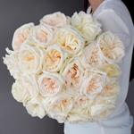 Creamy White Garden Wholesale Rose Bunch in a hand